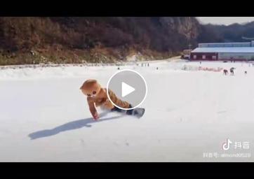 视频:网红小熊猿人山滑雪场挑战单板